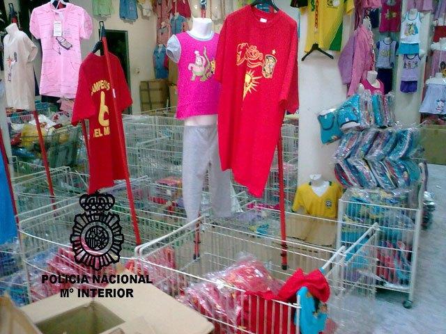 La Policía Nacional interviene más de 2.800 prendas de vestir falsificadas en distintos establecimientos de Murcia - 1, Foto 1