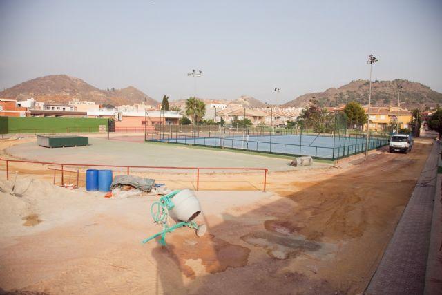 El ayuntamiento acondiciona la pista de atletismo del polideportivo municipal, Foto 1
