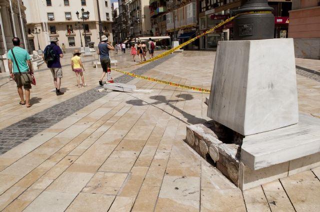 Un conductor ebrio se estrella contra una farola de plaza del Ayuntamiento - 2, Foto 2