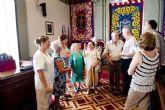 Los mayores de El Algar regalan frutas y verduras a la alcaldesa