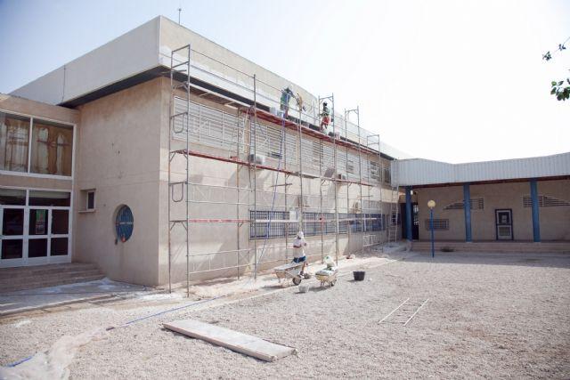 Rehabilitan la coronación de las fachadas del CEIP La Cañadica, Foto 1