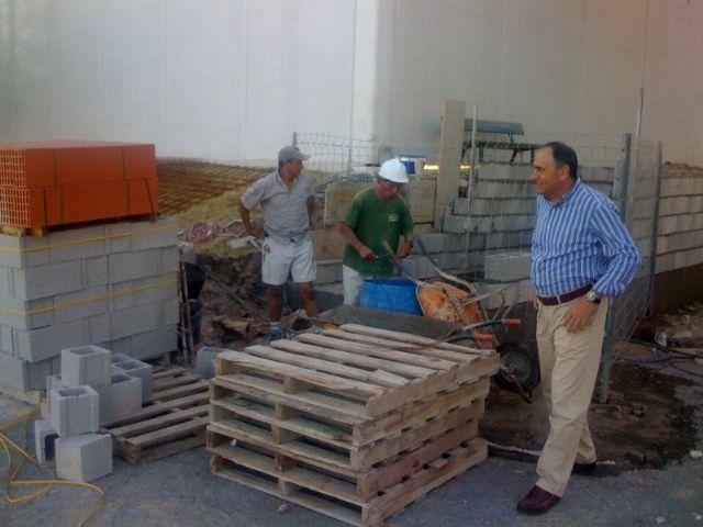 El concejal de Deportes visita el buen estado de las obras de cubrición de la pista del Polideportivo municipal 6 de Diciembre, Foto 1