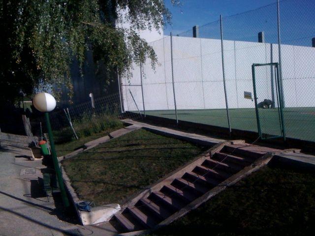 El concejal de Deportes visita el buen estado de las obras de cubrición de la pista del Polideportivo municipal 6 de Diciembre, Foto 2