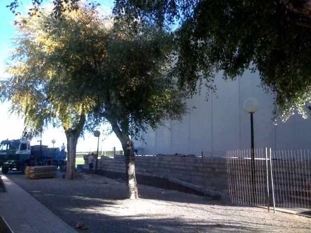 El concejal de Deportes visita el buen estado de las obras de cubrición de la pista del Polideportivo municipal 6 de Diciembre, Foto 3