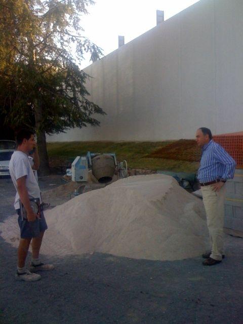 El concejal de Deportes visita el buen estado de las obras de cubrición de la pista del Polideportivo municipal 6 de Diciembre, Foto 4