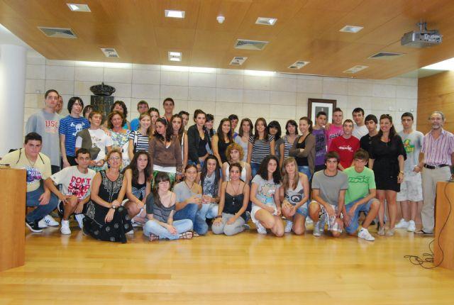 La concejal de Educaci�n recibe a los alumnos del IES Juan de la Cierva y a los del IES Juan de Herreera de El Escorial (Madrid), Foto 1