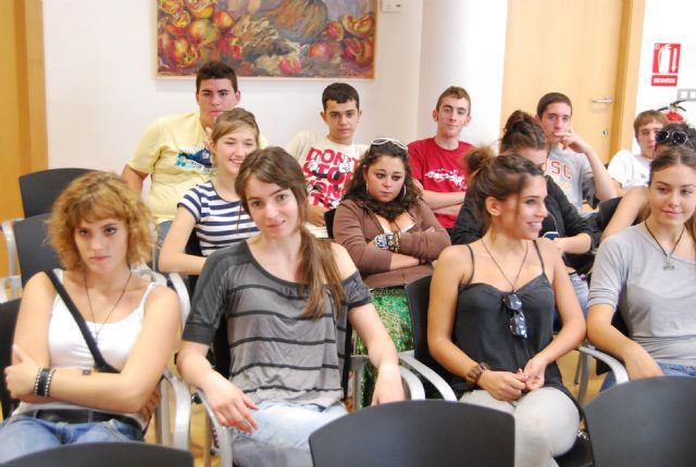 La concejal de Educaci�n recibe a los alumnos del IES Juan de la Cierva y a los del IES Juan de Herreera de El Escorial (Madrid), Foto 3