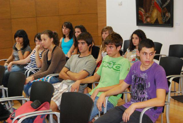 La concejal de Educaci�n recibe a los alumnos del IES Juan de la Cierva y a los del IES Juan de Herreera de El Escorial (Madrid), Foto 4
