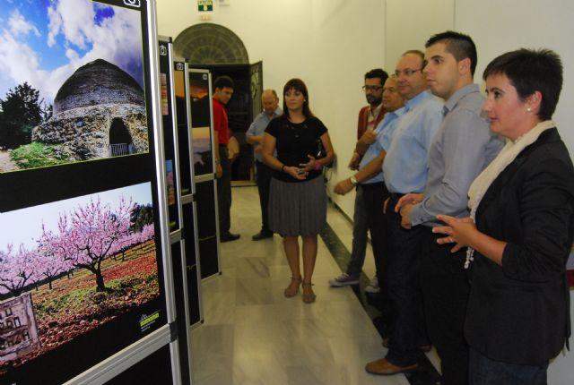 Autoridades municipales acuden a la inauguraci�n de la exposici�n itinerante fotoespuña 2009, Foto 1