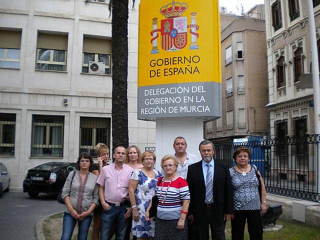 Una representacion de la Asociacion de afectados por el traslado de de la Plaza de Abastos de mazarron, visita la Delegación del Gobierno, Foto 1