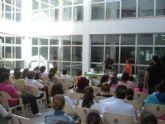 Un taller de collage inaugura el programa del Día Internacional de la Biblioteca en San Javier