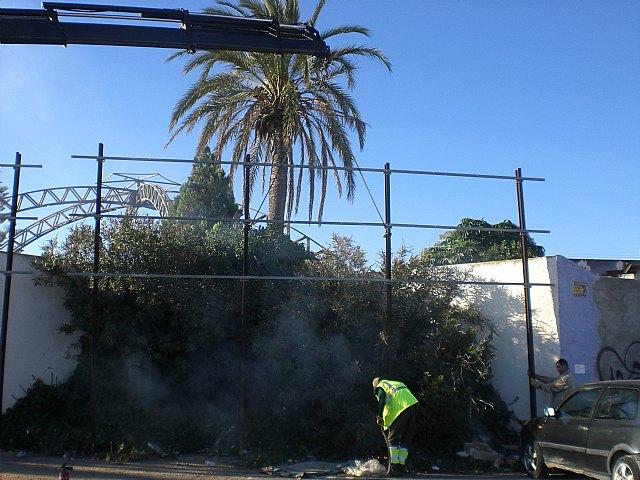 El Ayuntamiento retira decenas de vallas publicitarias ilegales en los principales accesos del municipio - 1, Foto 1