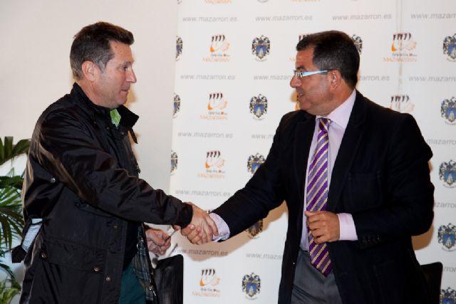 El alcalde firma un nuevo proyecto de urbanización para el municipio, Foto 1