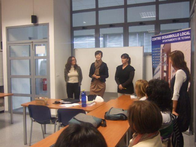 La concejal de la Mujer visita a los alumnos del curso de Atención sociosanitaria a personas dependientes en instituciones sociales - 1, Foto 1