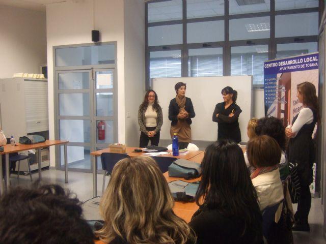 La concejal de la Mujer visita a los alumnos del curso de Atención sociosanitaria a personas dependientes en instituciones sociales - 2, Foto 2