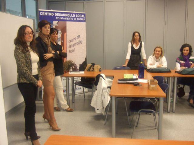 La concejal de la Mujer visita a los alumnos del curso de Atención sociosanitaria a personas dependientes en instituciones sociales - 3, Foto 3