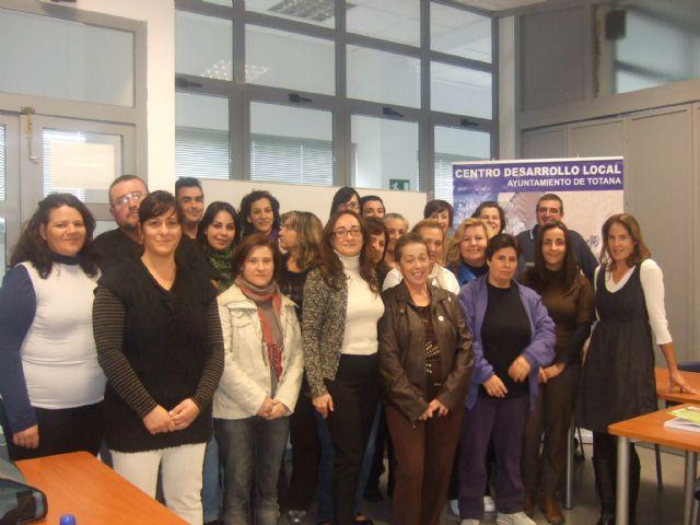La concejal de la Mujer visita a los alumnos del curso de Atención sociosanitaria a personas dependientes en instituciones sociales - 4, Foto 4