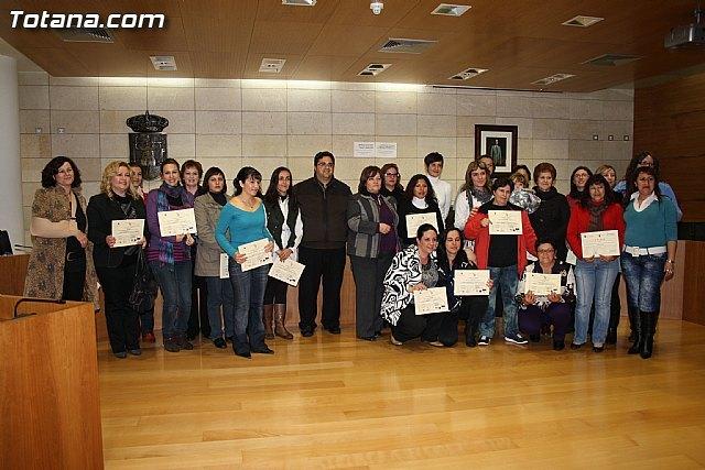 Entrega de diplomas de los cursos de salud para mujeres inmigrantes y de cuidados de personas dependientes - 1, Foto 1