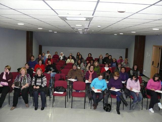Un total de 50 personas asisten a un taller de cuidadores de personas dependientes que se está impartiendo - 1, Foto 1