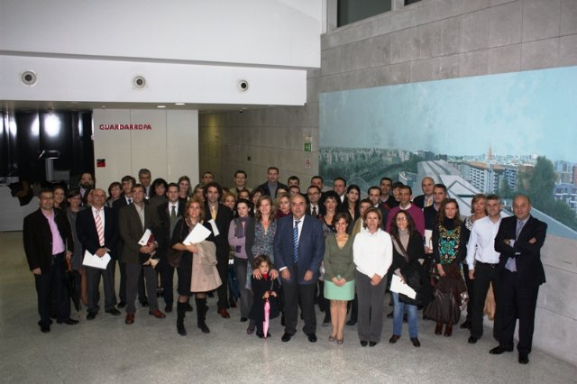 La consejera de Sanidad y Consumo, María Ángeles Palacios, junto a los nuevos 74 profesionales del Servicio Murciano de Salud que tomaron posesión. Estos profesionales se suman a los 76 que tomaron posesión el pasado mes de mayo y  a los 46 de julio, Foto 2