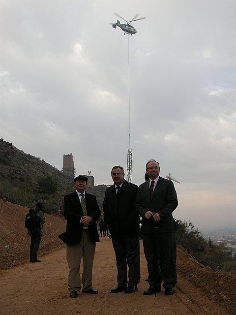 Un helicóptero de precisión capacitado para levantar arquitecturas muy pesadas colocará una enorme grúa en la Torre de Homenaje, Foto 1