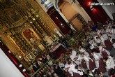 La patrona de Totana recibe miles de flores en el interior de la iglesia de Santiago