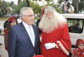 Papá Noel reparte juguetes en la Universidad de Murcia