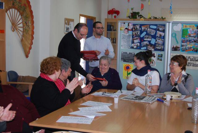 Los usuarios del Centro de Estancias Diurnas reciben con villancicos la visita del alcalde, Foto 1