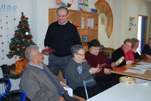 Los usuarios del Centro de Estancias Diurnas reciben con villancicos la visita del alcalde, Foto 2