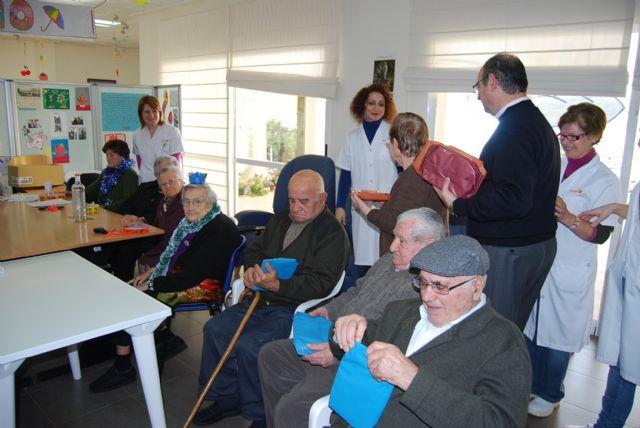 Los usuarios del Centro de Estancias Diurnas reciben con villancicos la visita del alcalde, Foto 3