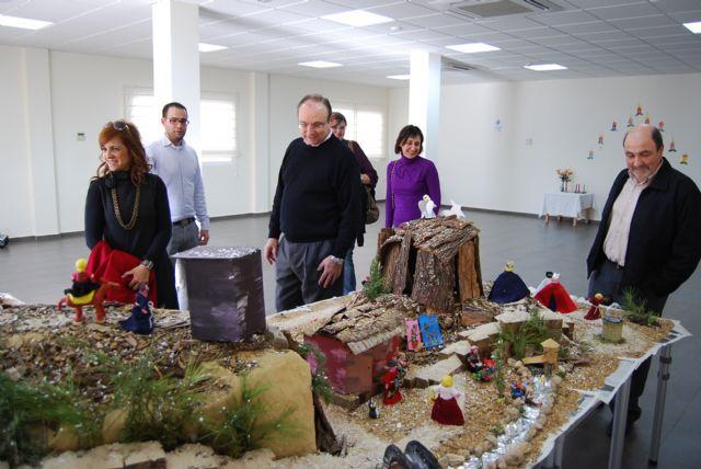 Los usuarios del Centro de Estancias Diurnas reciben con villancicos la visita del alcalde, Foto 4