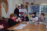 Los usuarios del Centro de Estancias Diurnas reciben con villancicos la visita del alcalde
