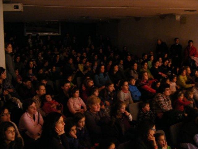 El estreno del musical 'Volando hacia los sueños' abarrota el aula de Cajamurcia de Cieza - 2, Foto 2