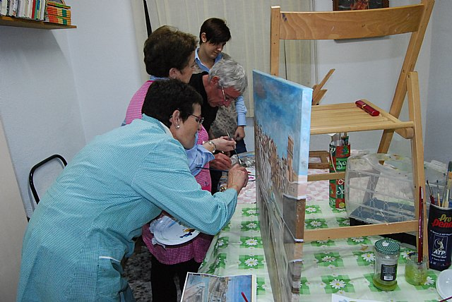 Women Councilwoman visit the paint shop of the Association of Working Women Totana, Foto 2