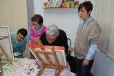 La concejal de Mujer visita los talleres de pintura de la Asociación de la Mujer Trabajadora de Totana