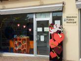 Las bibliotecas del municipio exponen escaparates literarios que invitan a viajar y evocan el amor