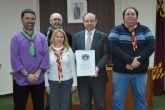 El alcalde recibe, en nombre de los alhameños, el certificado de un r�cord guinness solidario logrado por los scouts