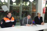 El alcalde entrega los diplomas y credenciales a miembros de Protección Civil por el curso realizado sobre primeros auxilios