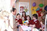El Alcalde Cámara asiste a la X Muestra Internacional de Voluntariado instalada en el Paseo Alfonso X