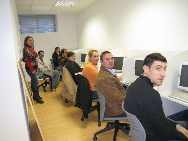 Más de una veintena de personas realizan cursos de cocina, habilidades sociales e informática, Foto 1