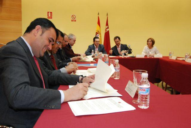 El alcalde de Totana y el consejero de Política Social suscriben un convenio, Foto 1