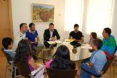 Sergio López y Juan Antonio Ambit se reúnen con los niños que participan en la eduteca Alvagón para conocer sus necesidades