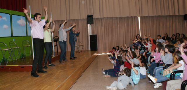La obra de teatro infantil  El Autobús muestra a más de 200 escolares de Puerto Lumbreras la importancia de utilizar el transporte público - 1, Foto 1