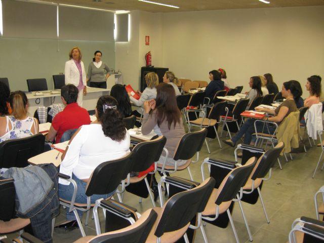 Más de veinte mujeres terminan un curso de inglés, Foto 1