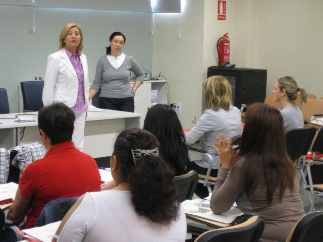 Más de veinte mujeres terminan un curso de inglés, Foto 2