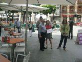Adela Martínez-Cachá comprueba el estado de las terrazas de los bares de la plaza de las Flores