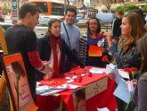 Juventudes Socialistas del municipio de Murcia regala un año más los tradicionales 'claveles reivindicativos' para exigir unas fiestas más limpias