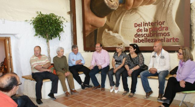 El Alcalde se reúne con artesanos lumbrerenses en la Casa Taller del Artesano - 1, Foto 1