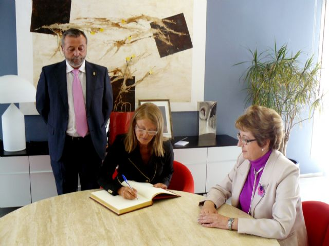 La Alcaldesa agradece su colaboración a la ex directora del aeropuerto de San Javier, Ángela Navarro - 1, Foto 1