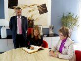 La Alcaldesa agradece su colaboración a la ex directora del aeropuerto de San Javier, Ángela Navarro